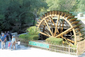 Water-wheel-at-the-entrance-to-the-Old-Paper-Mill-300x200