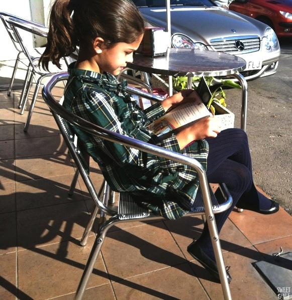 Ale leyendo en terraza-imp