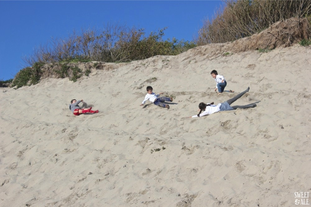 niños en las dunas 1