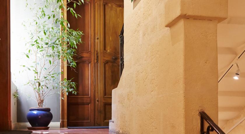 La Residence Arles escaleras