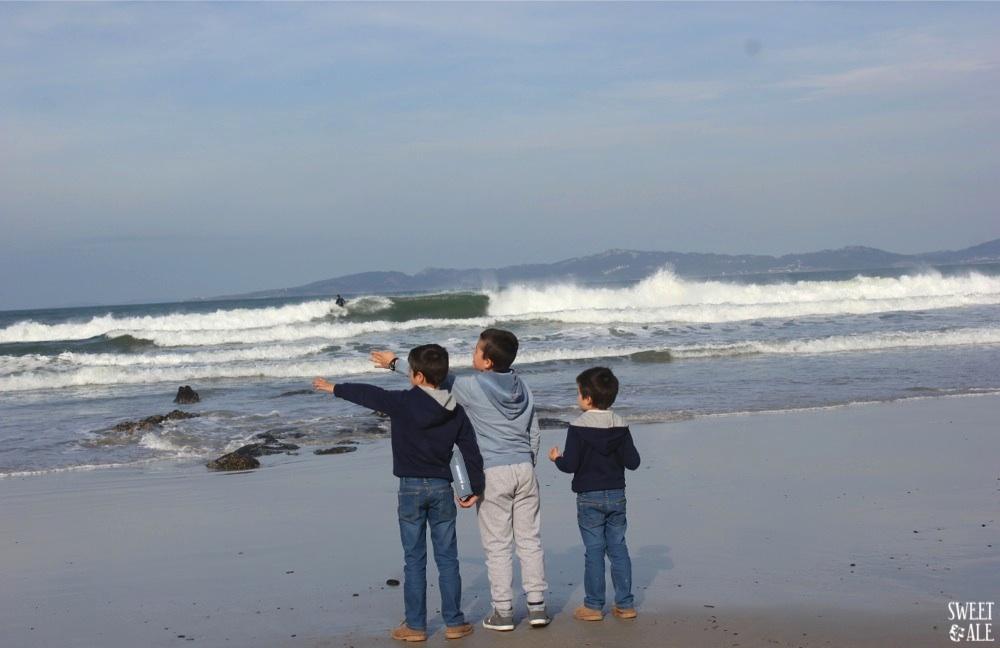 tres niños de espaldas