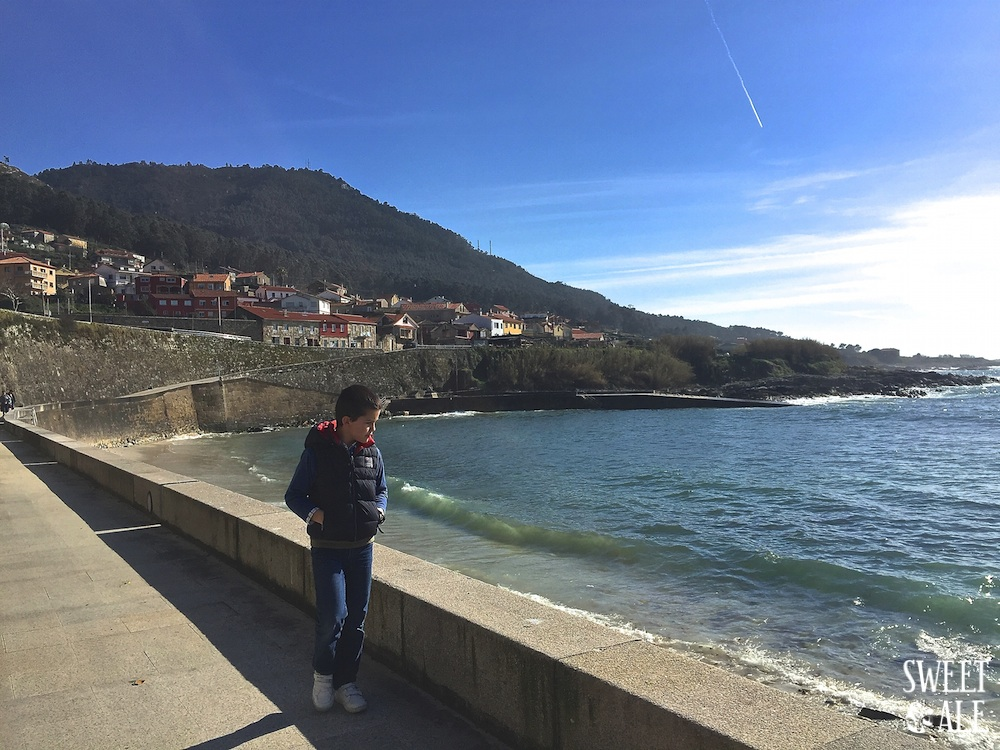 Antonio paseo al borde del mar