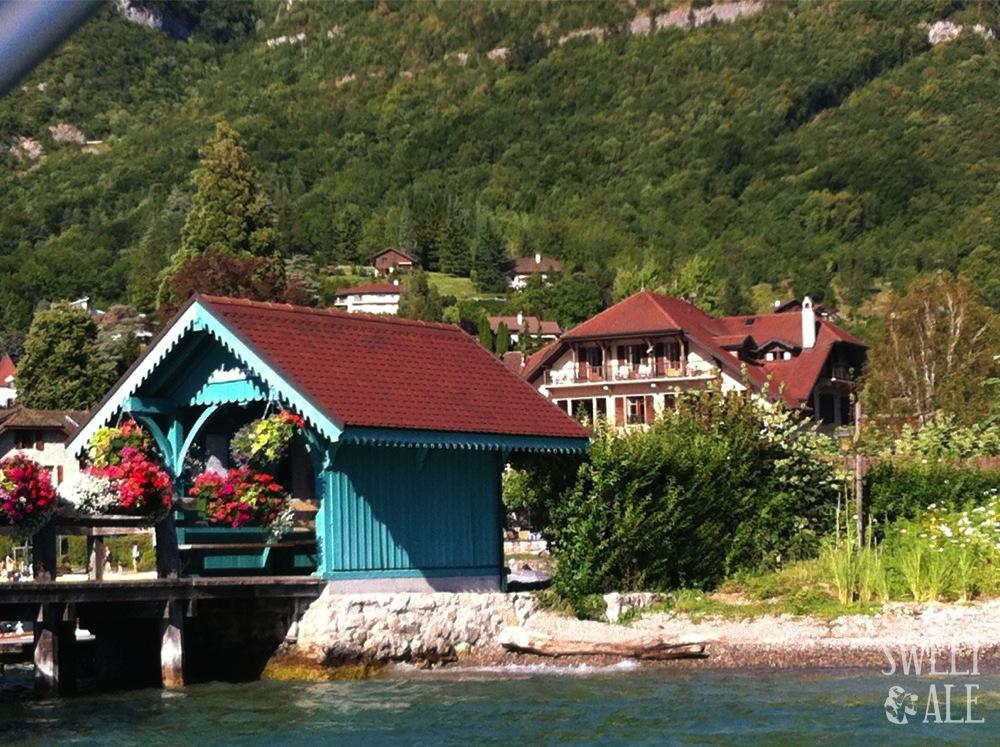 Embarcadero Menthon desde el lago