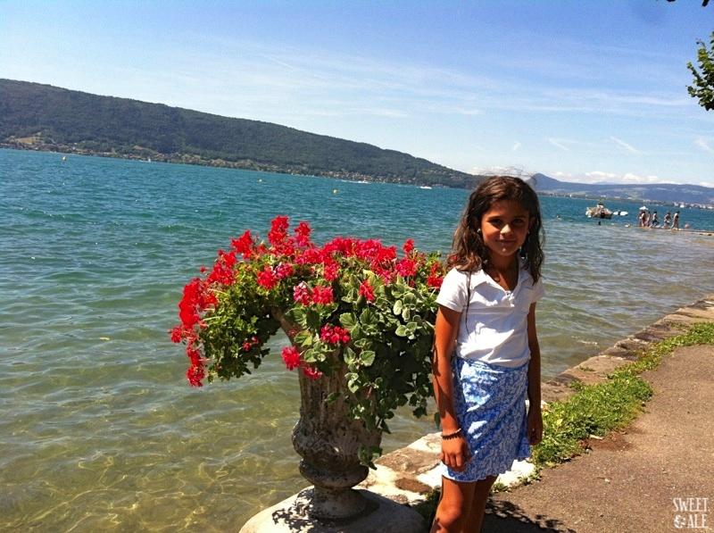 Ale al borde del lago Annecy