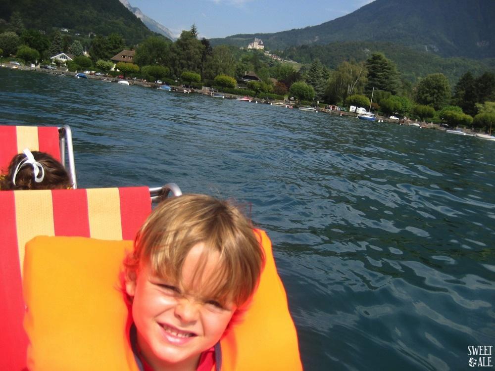 barca en el lago