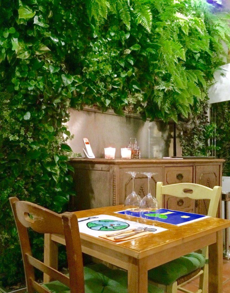 Mesa decorada jardin