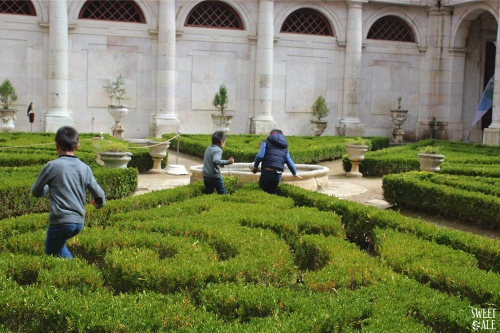despus de comprar las entradas aqu tenis los precios de las entradas para visitar el palacio lo primero que vemos son unos jardines que los nios